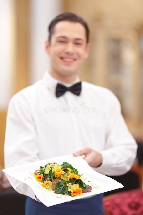 侍者在豪华餐馆 库存照片