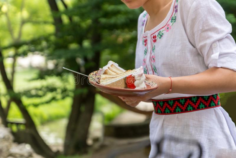 侍者服务对人的生日蛋糕在户外餐馆 库存图片