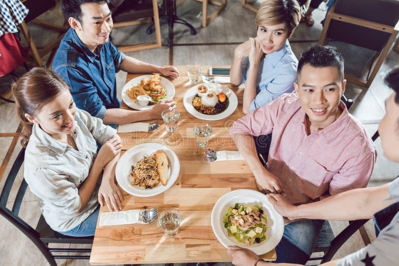 侍者服务的食物顶视图在餐馆 库存图片