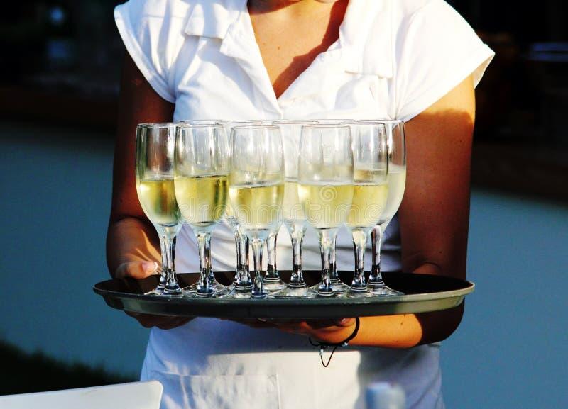 侍者服务香槟 免版税库存图片