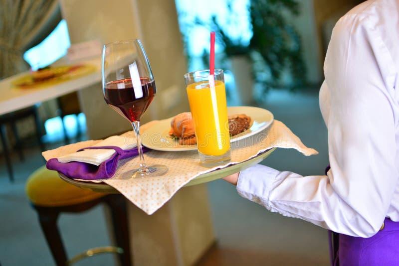 侍者采取早餐到酒店房间 免版税库存照片