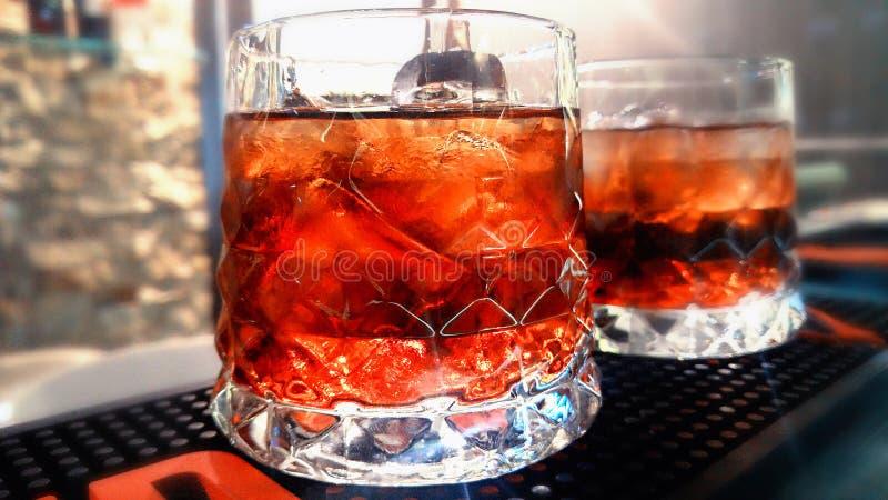 侍酒者準備一個雞尾酒在晚上在酒吧圖片