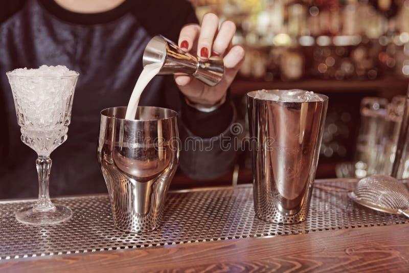 侍酒者加牛奶到振动器,被定调子 免版税图库摄影