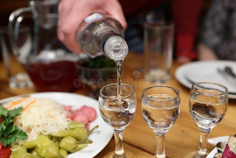 侍酒者填装的伏特加酒 免版税库存图片