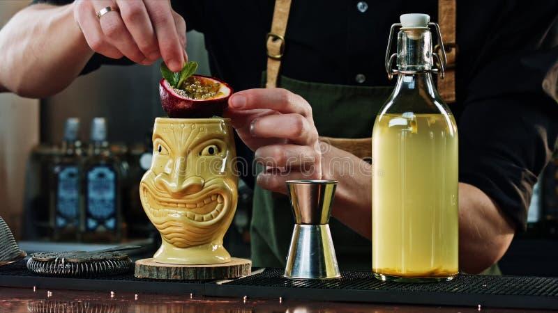 侍酒者装饰Tiki鸡尾酒 免版税库存照片