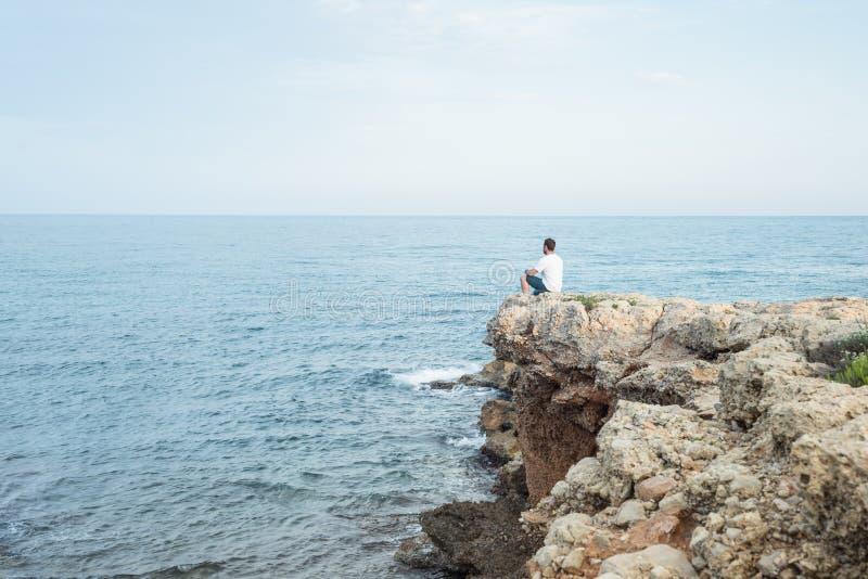 供以人员下来坐地中海峭壁上面在日落 免版税库存照片