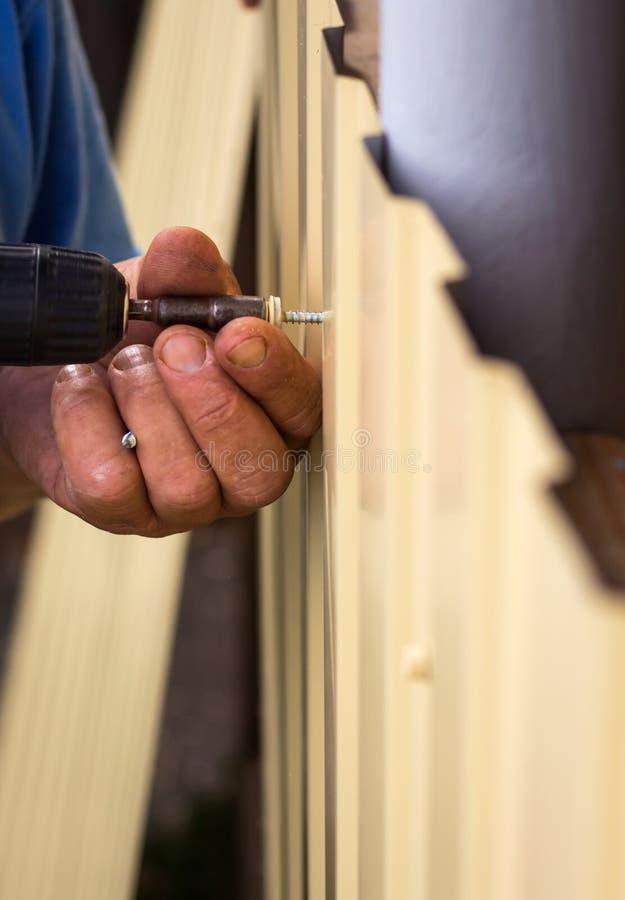供以人员与在街道上的一把螺丝刀一起使用 库存图片