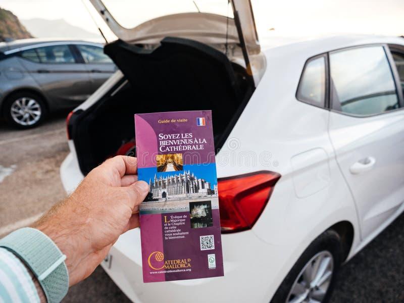 供以人员举行pov帕尔马圣玛丽亚的旅游指南  免版税库存照片