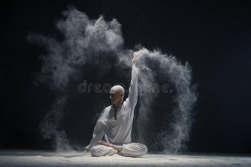 供以人员做在白色尘云的瑜伽-能量的概念 免版税库存图片