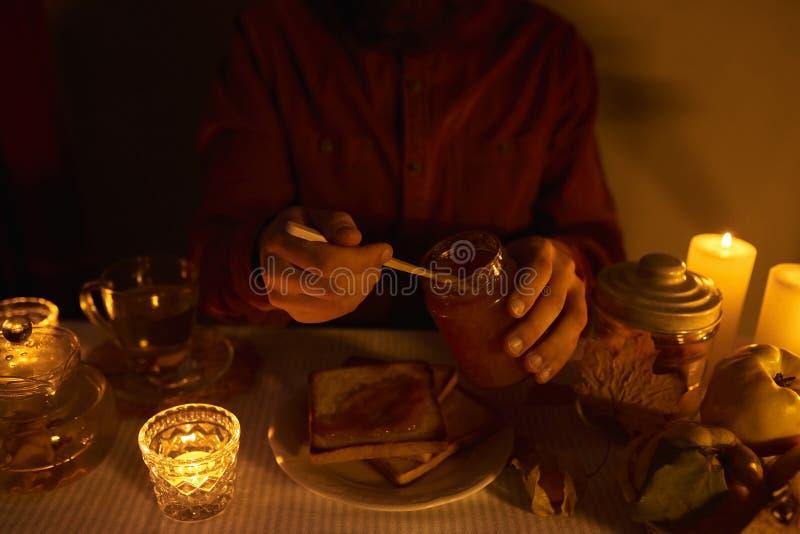 供以人员准备吃一个三明治用自创果酱用柑橘a 库存图片