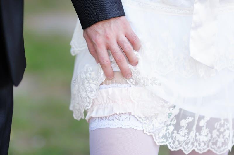 供以人员去除袜带从一名已婚妇女 库存照片