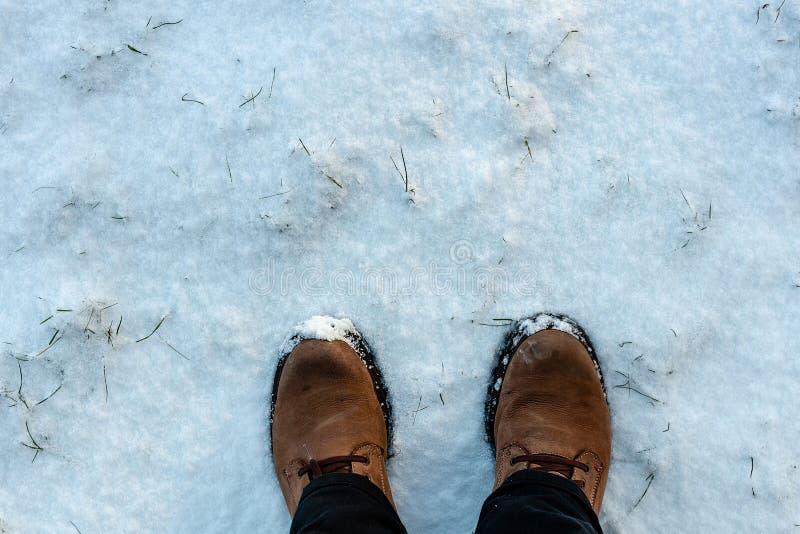供以人员在冬天起动的脚在新鲜的雪 库存照片