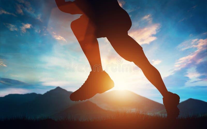 供以人员在山的赛跑在日落 皇族释放例证