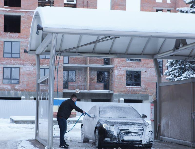 供以人员在洗车的工作者洗涤的汽车` s合金轮子 洗车的概念 免版税库存照片