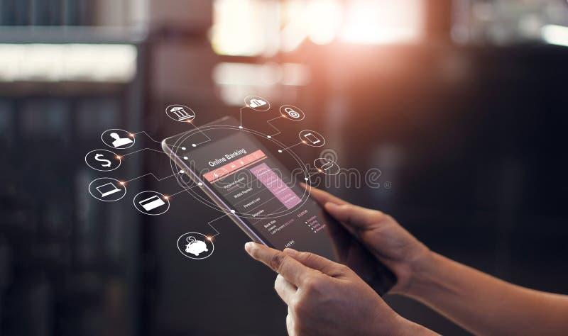 供以人员在片剂屏幕设备的手使用网路银行和象 库存图片