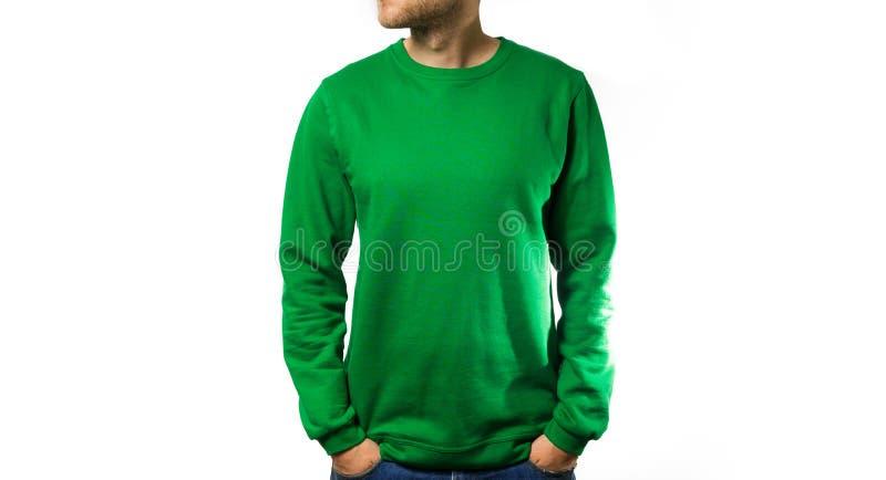 供以人员在空白的绿色有冠乌鸦的立场,运动衫,在白色背景,嘲笑,自由空间 库存图片