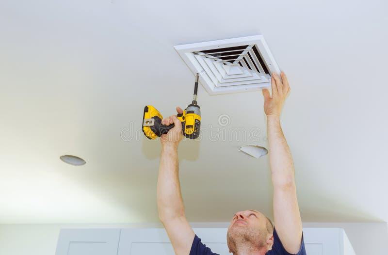 供以人员安装HVAC,加热通风和冷却在替换空气过滤器以后 库存照片