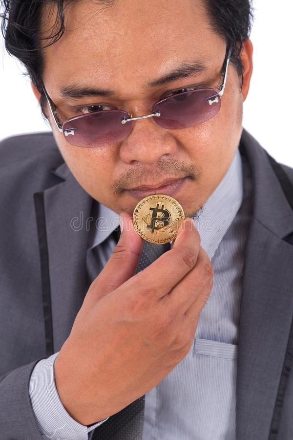 供以人员对金黄bitcoin手中负被隔绝在白色背景 免版税图库摄影