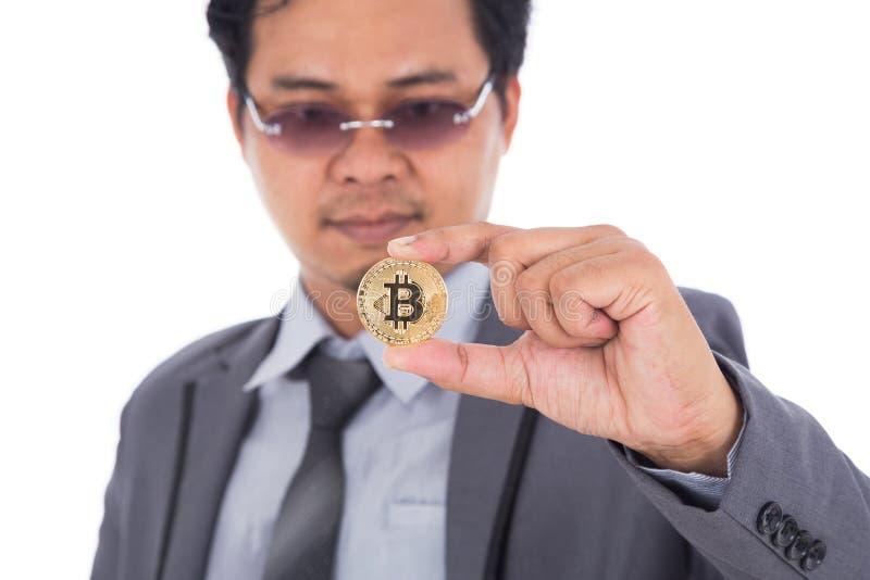 供以人员对金黄bitcoin手中负被隔绝在白色背景 免版税库存照片