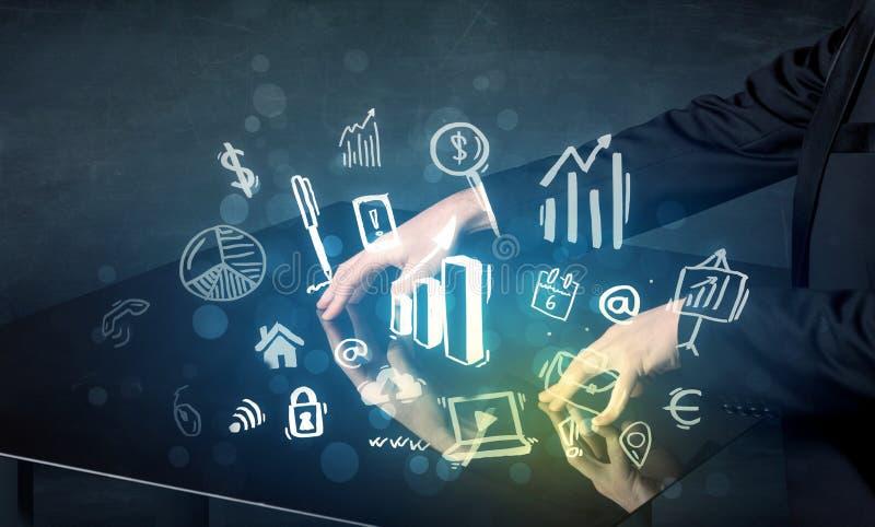 供以人员感人的与企业象的技术聪明的桌 免版税库存照片