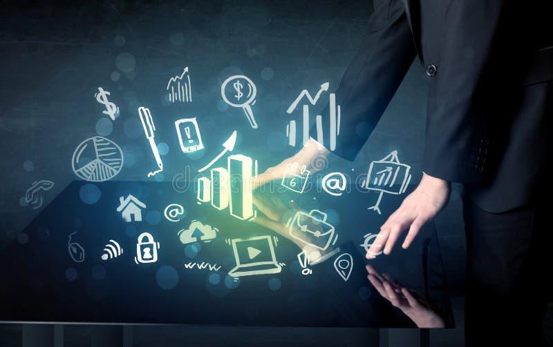 供以人员感人的与企业象的技术聪明的桌 免版税库存图片