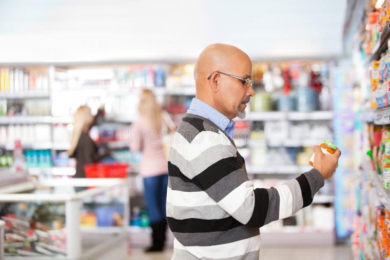 供以人员成熟购物超级市场 免版税图库摄影
