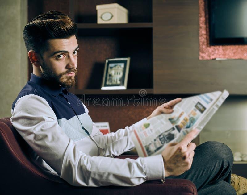 供以人员报纸读取年轻人 免版税库存图片
