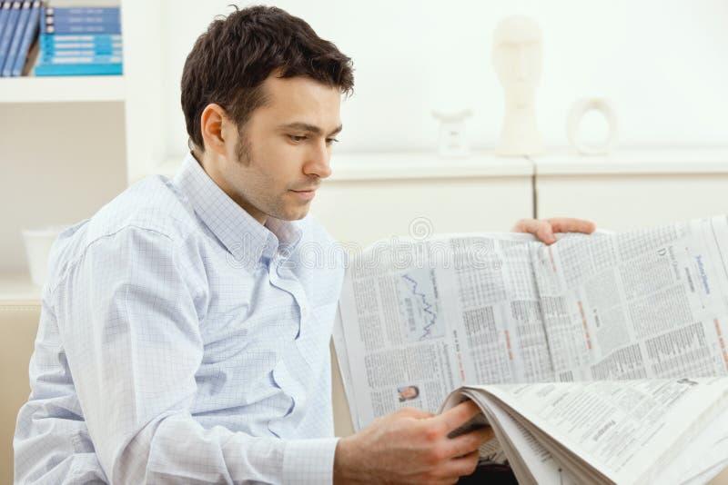 供以人员报纸读取 免版税库存照片