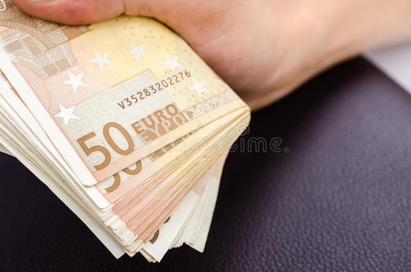 供以人员拿着几50张欧洲钞票的手 库存照片