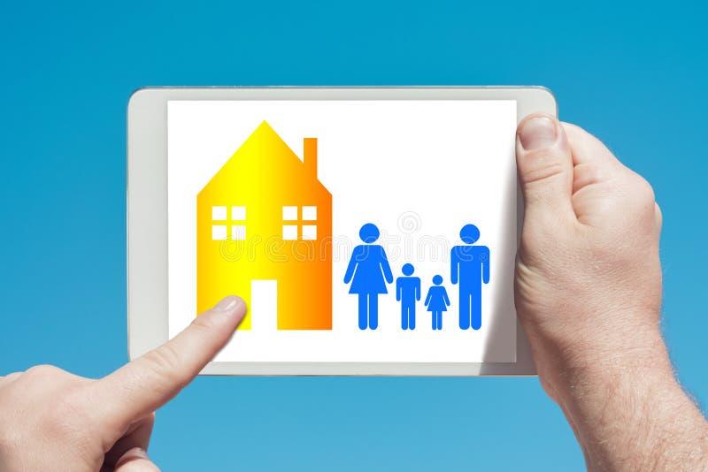 供以人员拿着显示家族住宅群概念的片剂设备 库存例证