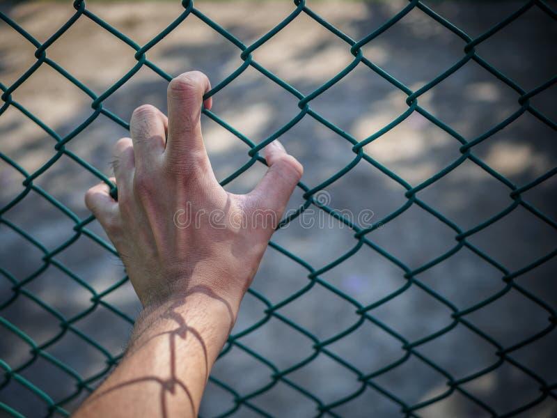 供以人员拿着链节篱芭的手记住人权Da 免版税图库摄影
