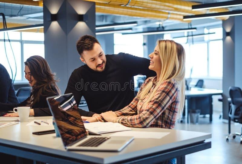供以人员挥动与女性同事在办公室会议上 库存照片