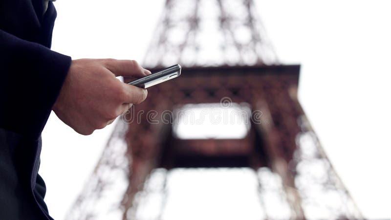供以人员智能手机、预定的票和旅馆的冲浪的互联网商务旅行的 免版税图库摄影