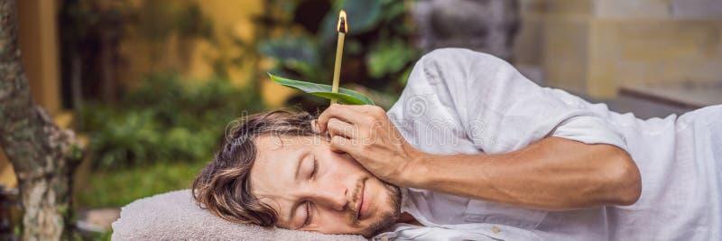 供以人员有耳朵蜡烛疗法反对一副热带庭院横幅的背景,长的格式 免版税图库摄影