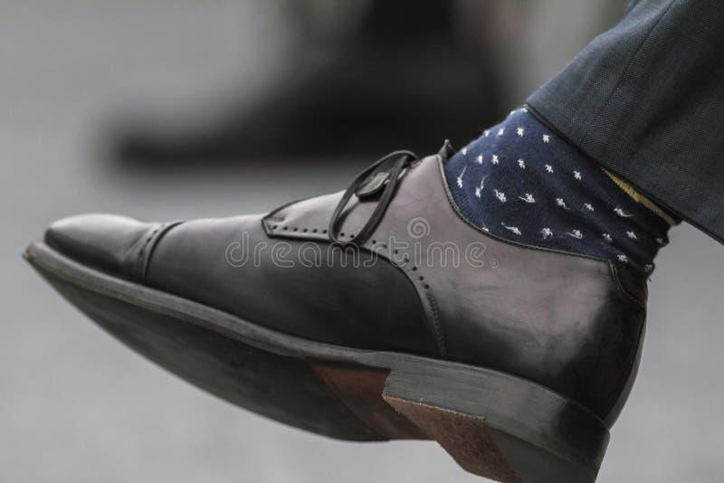 供以人员有袜子的-在演讲或企业研讨会的男性` s黑皮鞋 图库摄影