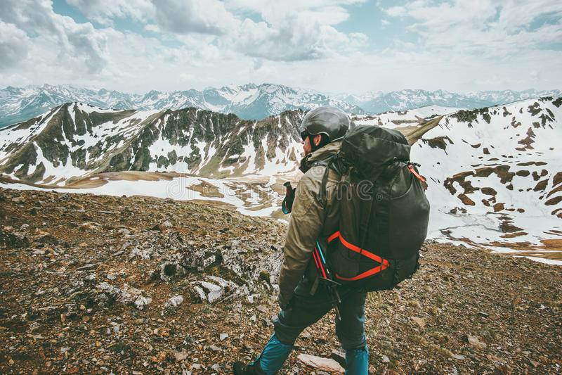 供以人员有远足在山的大背包的旅客 免版税库存图片