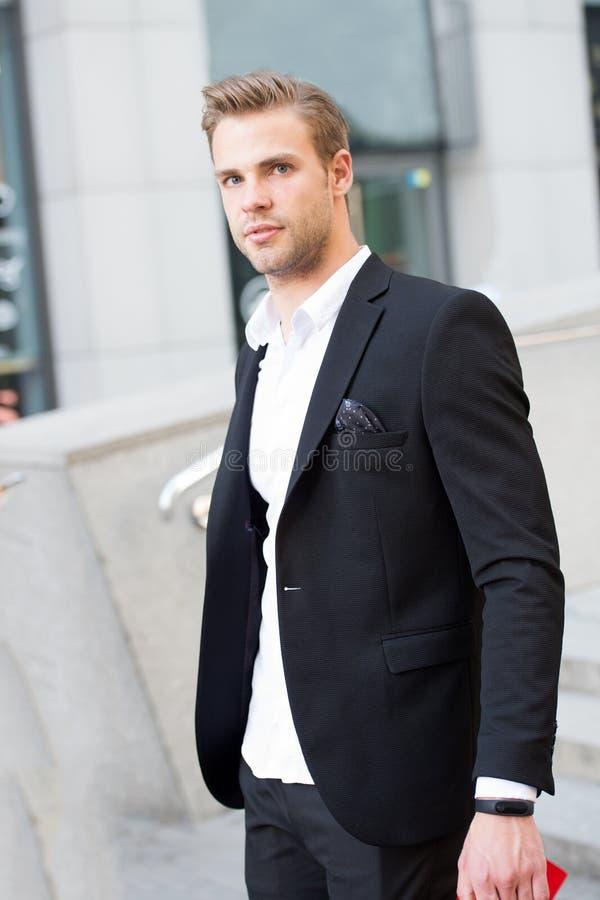供以人员正式成套装备商人英俊的穿着考究的都市背景 绅士穿戴了严肃专业服装的手段 库存图片