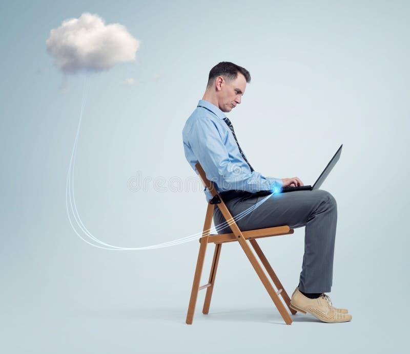 供以人员研究便携式计算机坐椅子和云彩技术 免版税库存图片