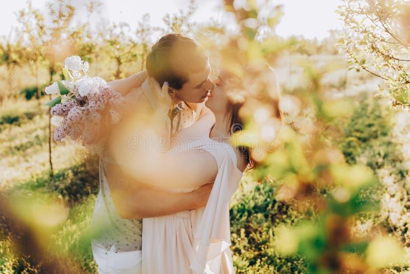 供以人员给他的妻子,有乐趣和爱恋夫妇亲吻 库存图片