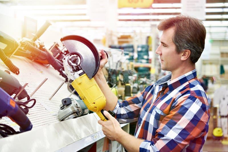 供以人员角度研磨机的购物在五金店 图库摄影