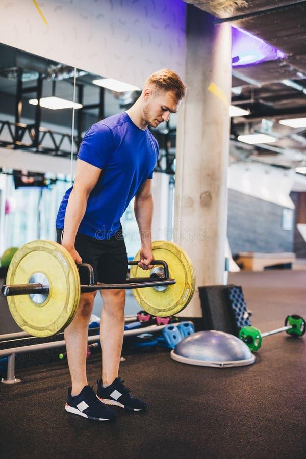 供以人员解决在健身房,练习举重 免版税库存照片
