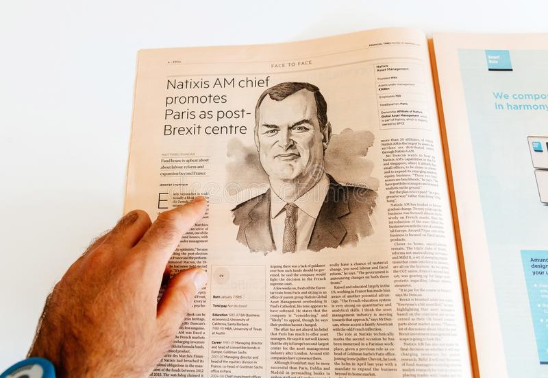 供以人员读书与Matthieu邓肯natixis CEO的报纸采访 库存图片