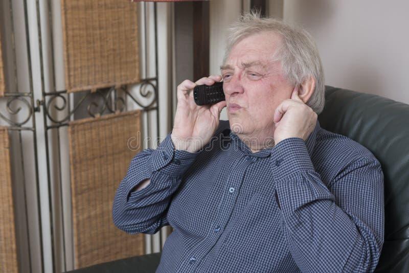 供以人员谈话在看起来的电话懊恼和恼怒 免版税库存图片
