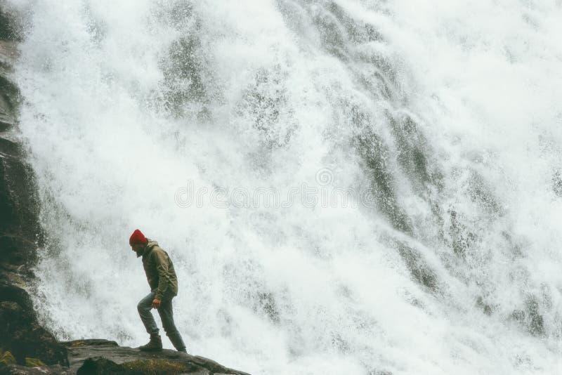 供以人员走在大瀑布室外旅行生活方式 库存图片