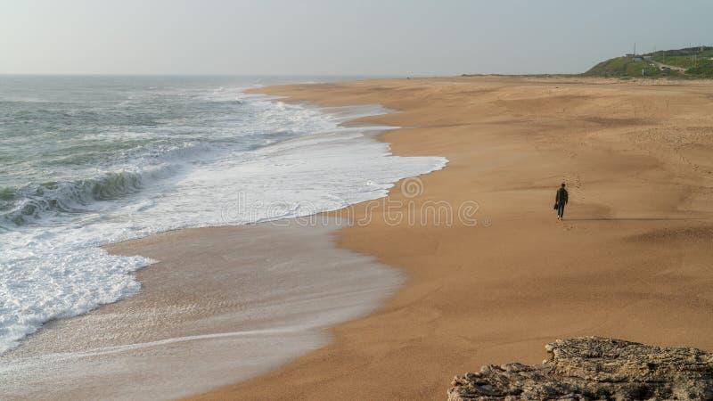 供以人员走沿海在Nazare海滩,葡萄牙 免版税图库摄影