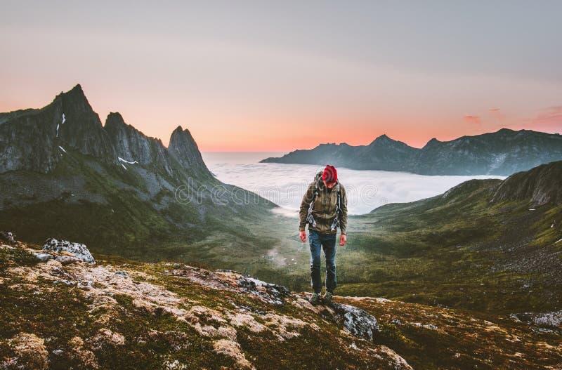 供以人员远足在单独山室外活跃生活方式的生存 免版税图库摄影