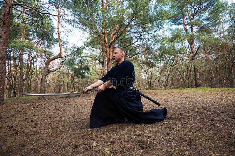 供以人员,在传统日本衣裳,有剑的 免版税图库摄影