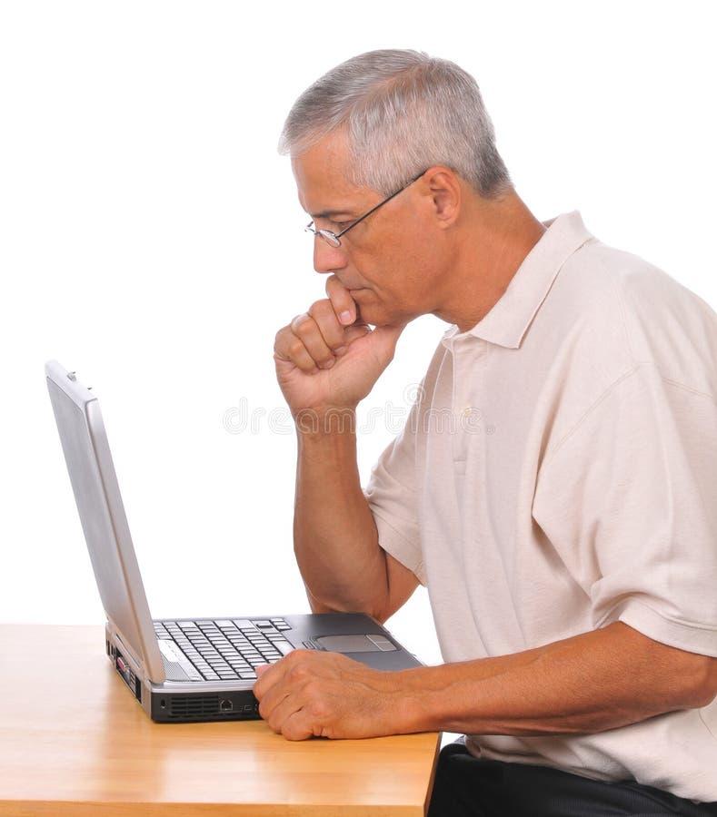 供以座位的变老的生意人计算机中间&# 库存照片