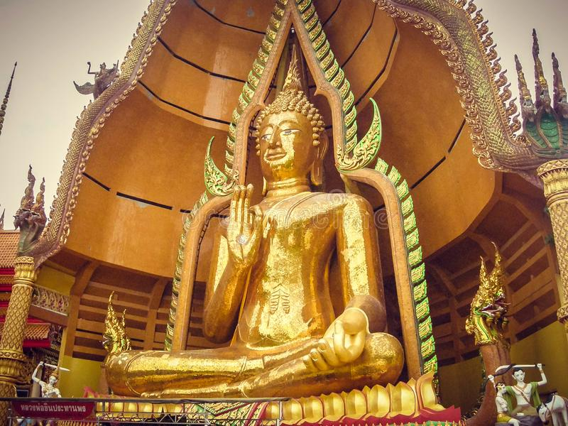 供以座位的雕象一起镀金与手指在泰国 旅游业 免版税图库摄影