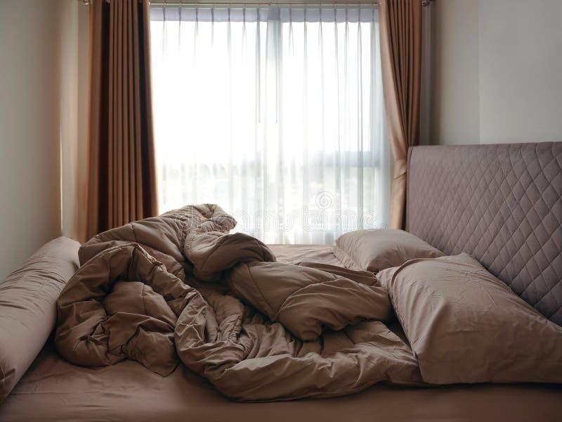 供在卧室和毯子住宿弄乱的床垫枕头 库存图片
